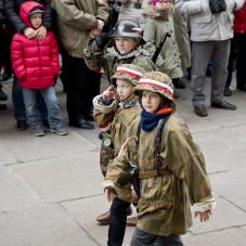 Grupy rekonstrukcyjne salutują kombatantom
