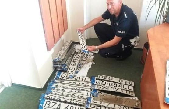 Policja wydaje odnalezione po ulewie tablice rejestracyjne