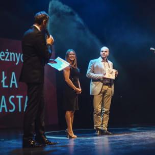 """Maciej Szulwach odbierający nagrodę w kategorii """"Odskocznia Trójmiasta"""""""
