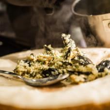 Risotto przygotowywane na krążku włoskiego sera