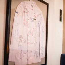 Koszula z podpisami trójmiejskich szefów kuchni, wylicytowana podczas Kolacji Szefów Kuchni