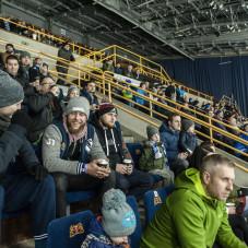Tomasz Witkowski obserwuje mecz z trybun