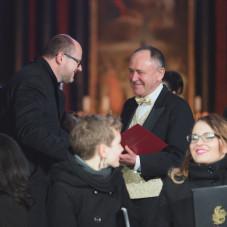 Marek Więcławek odbiera nagrodę od prezydenta miasta