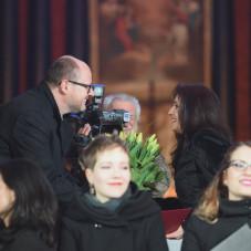 Katarzyna Rogalska odbiera nagrodę od prezydenta miasta