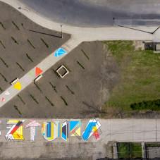 Poziomy mural na Zaspie z powietrza