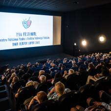 Publiczność projekcji spektakli festiwalowych