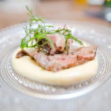 Smażona polędwica wołowa z pniew z czosnkiem i tymiankiem / pureee z kalafiora / piklowana cebulka