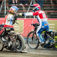 Mikkel Bech i Troy Batchelor po wygranym biegu 5:1