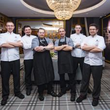Szef kuchni z zespołem
