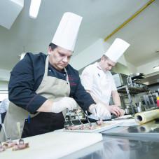Szef kuchni przygotowujący dania