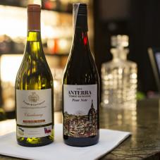 Wina serwowane podczas kolacji