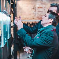 Pierwsza próba automatu. Na zdjęciu rektor ASP dr hab. Krzysztof Polkowski