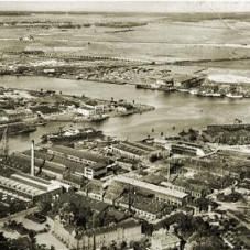 Gdański port, po lewej wyspa Ostrów
