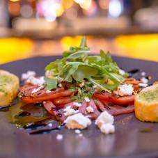 Carpaccio z pomidorów z kozim serem i octem balsamicznym