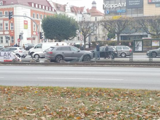 Tramwaje stoją we Wrzeszczu. Auto na torach