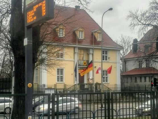 Opuszczone flagi przed konsultem Niemiec