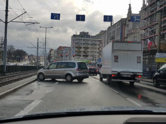 Samochód bez kierowcy stoczył się na al. Grunwaldzkiej blokując dwa pasy