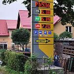 Pylon cen paliw z wyswietlaczami cen.