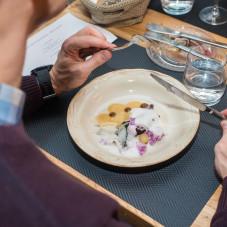 Paweł Dążonek przygotował pierwsze danie główne - dorsza w popiele, w towarzystwie czerwonej cebuli, kawałkiem gruszki oraz pianą z Vermouth'u.