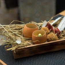 Amuse bouche - jajko z węgorzem i ikrą oraz gęś w formie kulek.