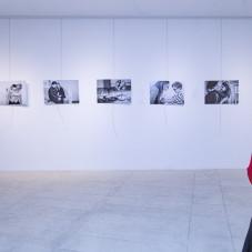 """wernisaż """"Miłośnicy miłości"""", autorstwa Katarzyny Gapskiej, przedstawiający osoby z zespołem Downa i ich rodziny w codziennych sytuacjach."""