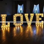Podświetlany napis LOVE z żarówkami do wynajęcia. W ofercie posiadamy też drewniany napis MIŁOŚĆ.