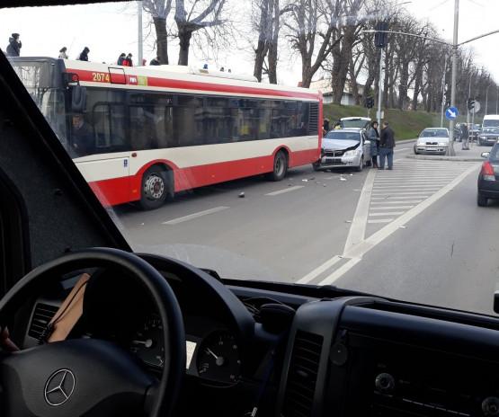 Kolizja osobówki z autobusem na Trakcie św. Wojciecha