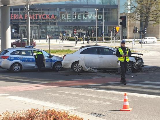 Audi A6 wjechalo na czerwonym świetle powodując kolizję.