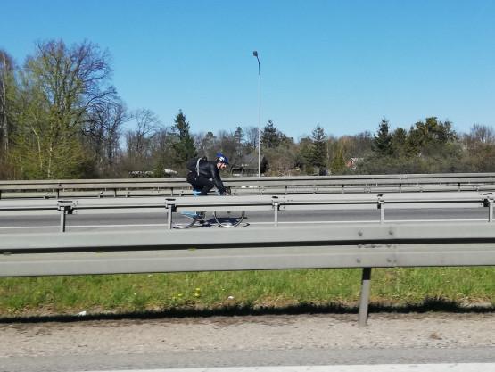 Rowerzysta na Matarni jedzie obwodnicą w stronę A1
