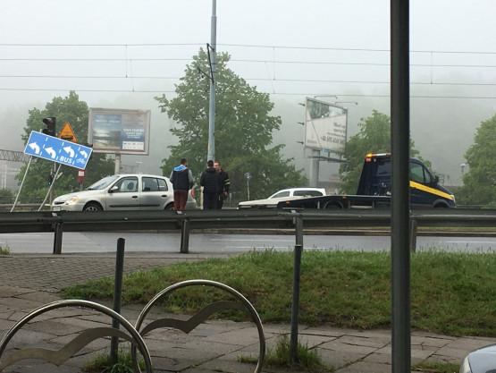 Auto uderzyło w znak przy Zieleniaku