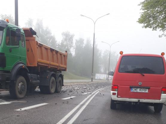 Kamienie wysypały się na Kwiatkowskiego w Gdyni