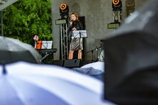 Deszczowy początek sezonu w Amfiteatrze Orana. Koncert Anny Dereszowskiej