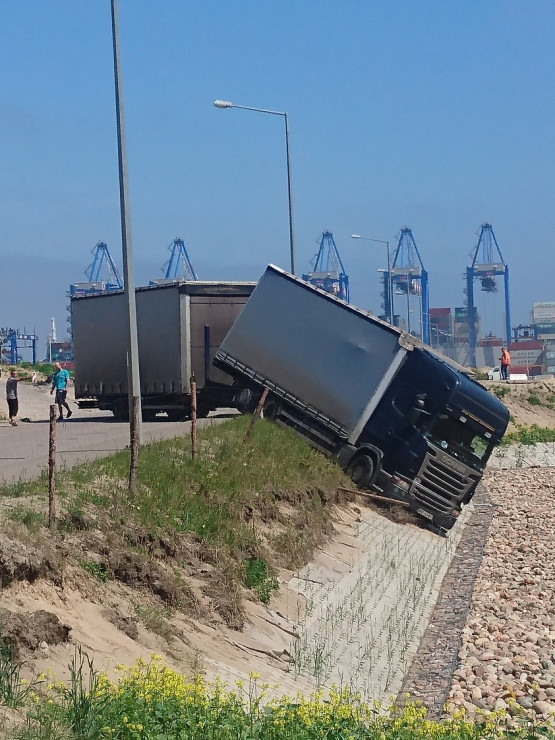 Ciężarówka zablokowała wyjazd z DCT