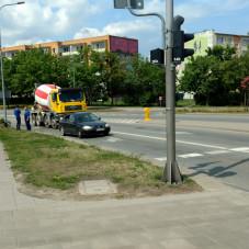 Kolizja betoniarki z samochodem osobowym na Hynka