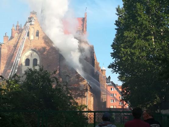Trwa akcja gaśnicza pożaru kościoła na Żabim Kruku