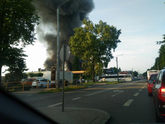 Pożar przy Trakcie św. Wojciecha. Droga zablokowana