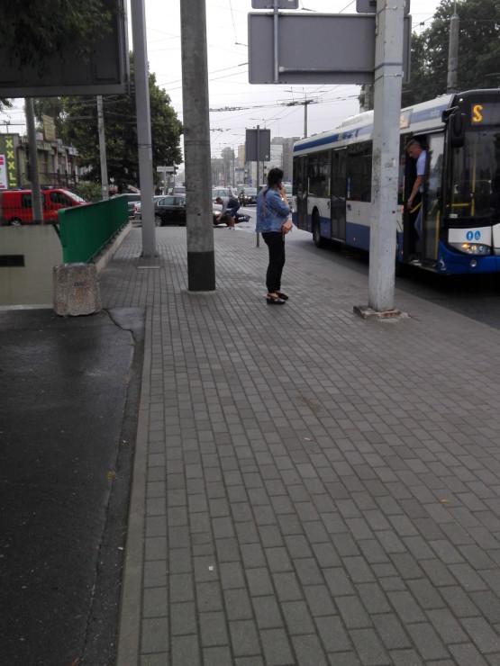 Zderzenie trolejbusu z osobówką na estakadzie