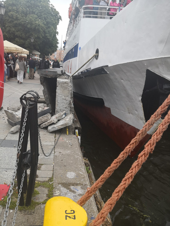 Statek uszkodził fragment muru przy nabrzeżu Motławy