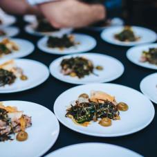 tatar z tuńczyka, czarna soczewica, piklowana sałata rzymska, sałatka z kombu i ogórka, puder sezamowy, żel z kolendry, świeża kolendra