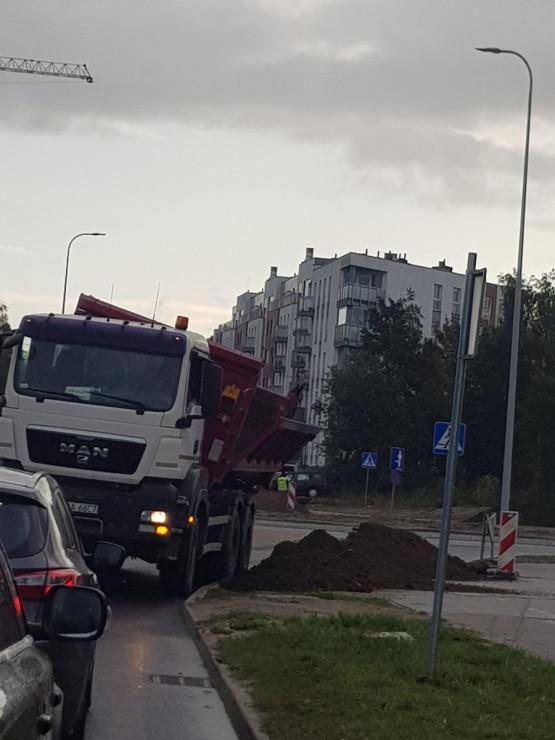 Wysypał się ładunek z ciężarówki na Myśliwskiej
