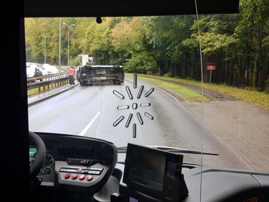 Bus przewrócił się przy ul. Słowackiego