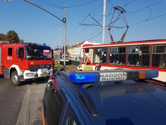 Skutki wypadku autobusu i tramwaju przy Bramie Wyżynnej