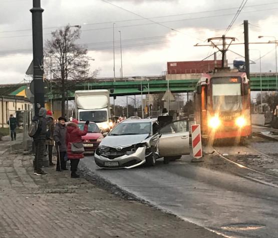 Kolizja tramwaju i auta za wiaduktem Trasy Sucharskiego
