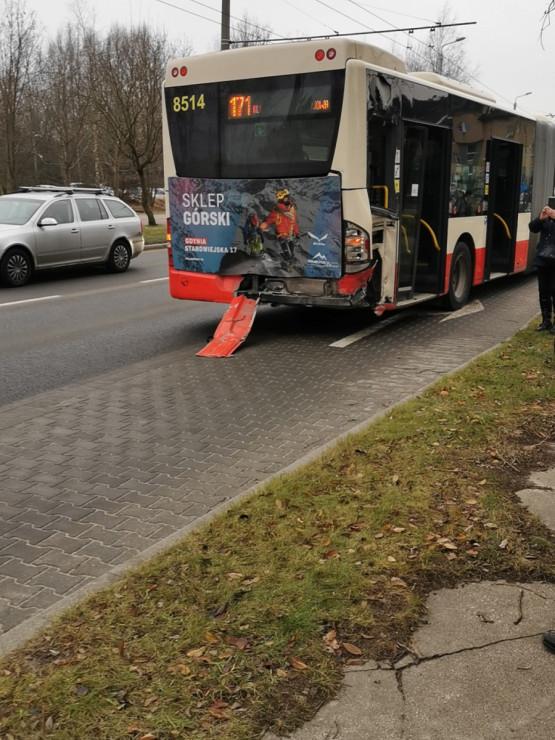 Zderzenie samochodu z autobusem na Dąbrowie