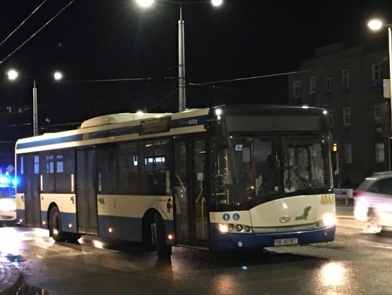 Potrącenie pieszego przez autobus na Morskiej na Grabówku