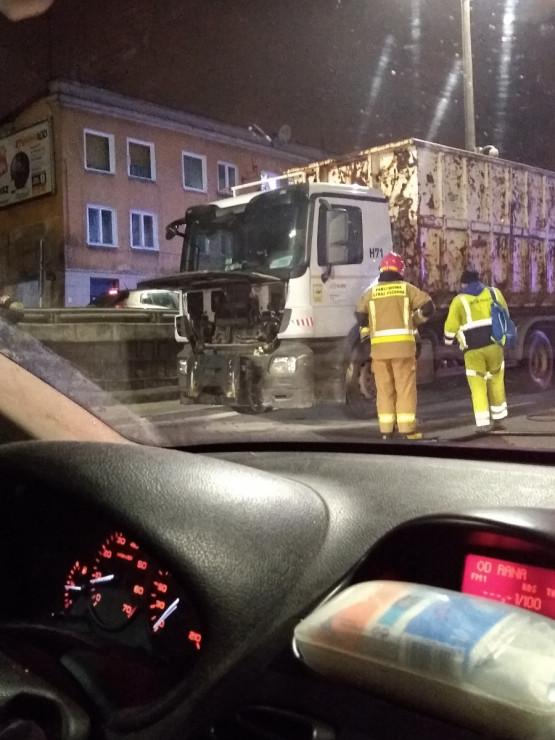 Interwencja strażaków po pożarze ciężarówki