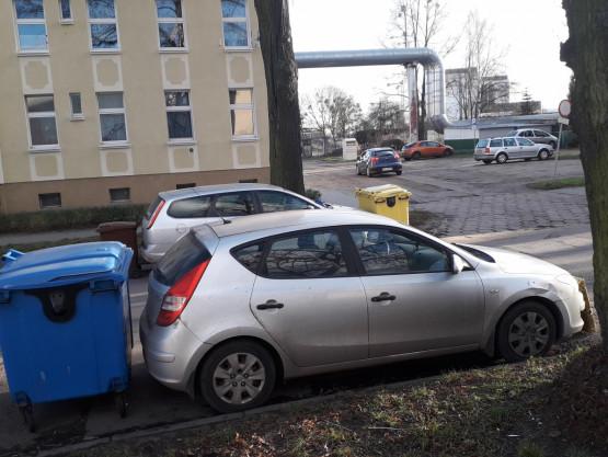 Źle zaparkowane auta na Twardej w Gdańsku