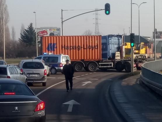 Ciężarówka zablokowała ruch na Elbląskiej