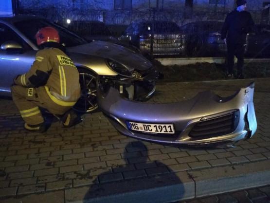 Porsche wjechało w przystanek