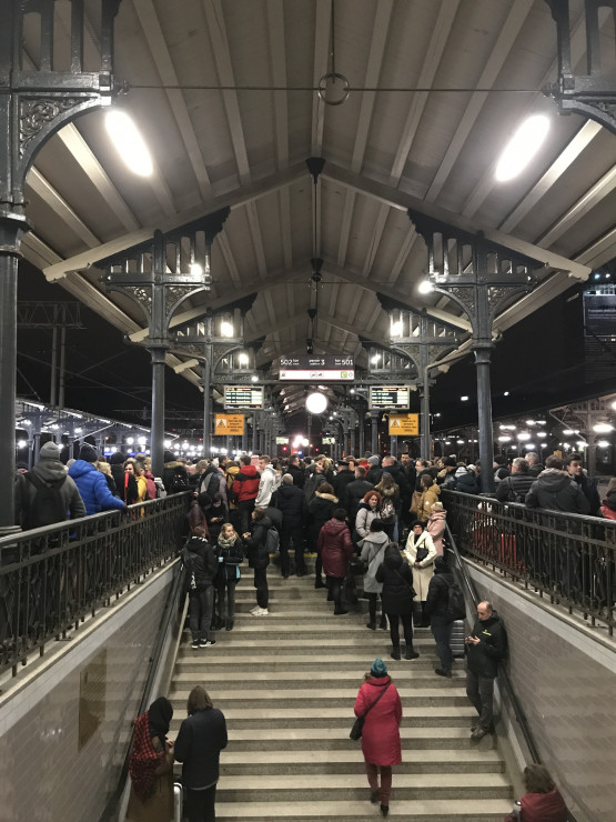 Chaos na peronie po awarii trakcji